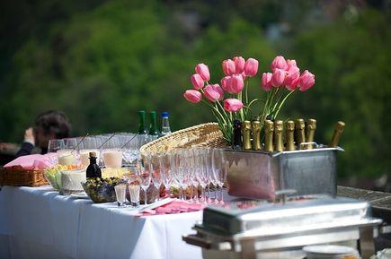 Jak zorganizować przyjęcie w plenerze?