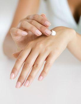 Sucha i spierzchnięta skóra rąk - jak poradzić sobie z nią zimą?