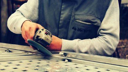 Jak prawidłowo szlifować powierzchnie metalowe?
