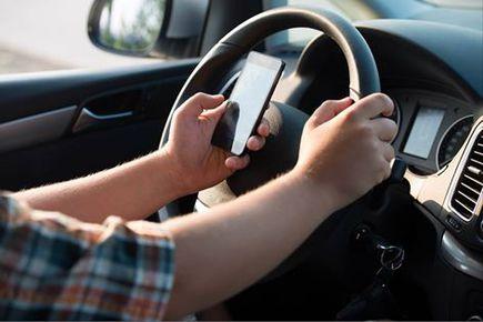 Mandat? Punkty? To nie wszystko Jakie skutki może jeszcze przynieść rozmowa przez telefon podczas jazdy?