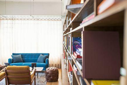 Aranżacja salonu z biblioteczką i mini - czytelnią