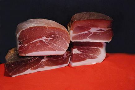 Jak w prosty sposób uwędzić pyszną kiełbasę lub mięsa?