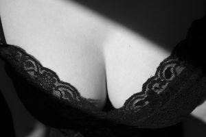 Kremy na powiększenie piersi – czy to działa?