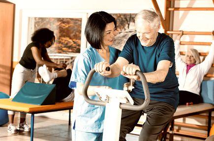 Turnusy rehabilitacyjne dla niepełnosprawnych – dlaczego warto jeździć do sanatoriów i ośrodków rehabilitacyjnych?