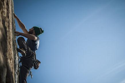 Wspinaczka dla początkujących – jaki sprzęt wspinaczkowy wybrać, jak trenować i inne ważne kwestie