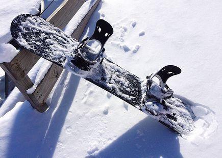 Kiedy najlepiej kupować zimowy sprzęt sportowy i odzież?