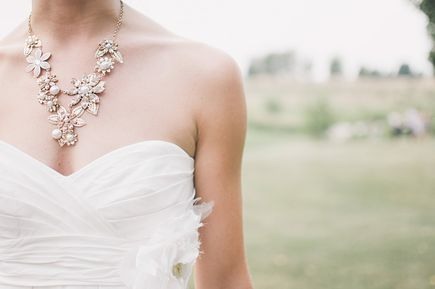 Jak dobrać odpowiednią biżuterię do sukni ślubnej