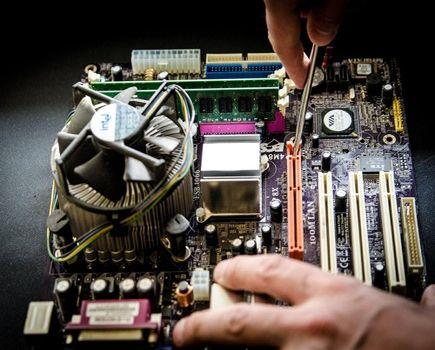 Dlaczego warto naprawić drukarki i laptopy zamiast kupować nowe?