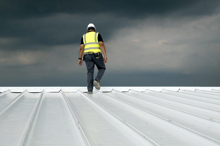 W jaki sposób dbać o dach z blachy,...