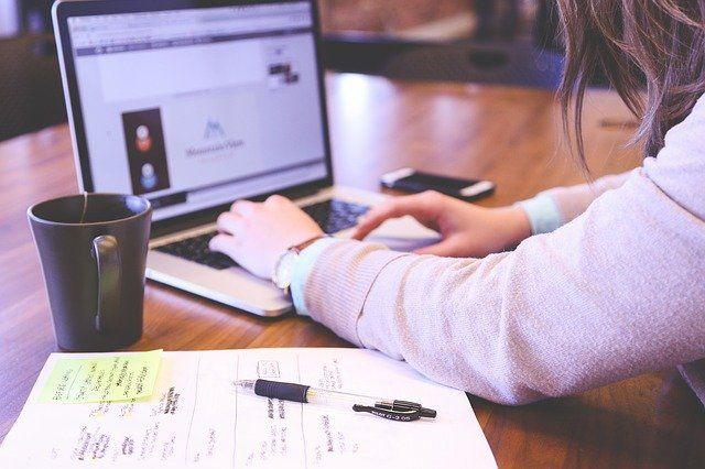 Jak zarabiać pieniądze internetowo we własnym domu?