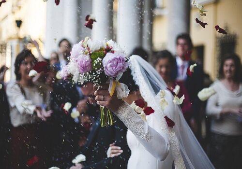 Profesjonalny wodzirej weselny odpowiada za więcej niż dobrą zabawę