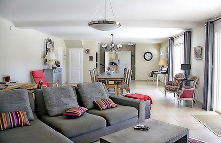 Aranżacja salonu z sofą