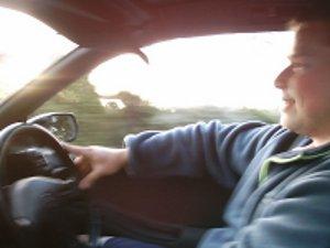 szczęśliwy młody kierowca