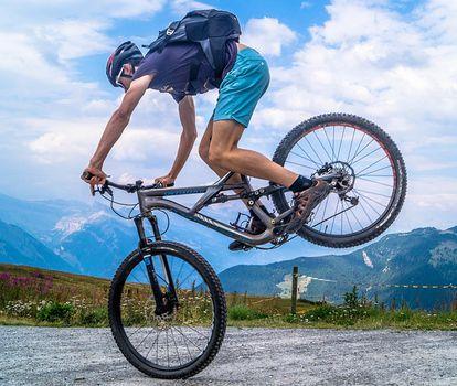 Dobieramy akcesoria rowerowe: plecak rowerowy
