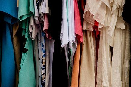 Towar w sklepie z odzieżą używaną - trudny wybór na starcie
