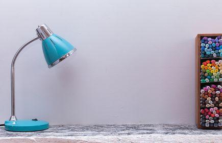 Właściwe ustawienie lampki na biurko. O co warto zadbać?
