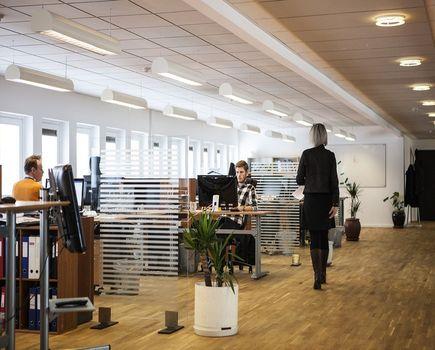 Aranżacja nowego biura – jak przez to przebrnąć?