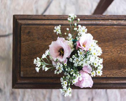 Najładniejsze kompozycje ze sztucznych kwiatów na cmentarz