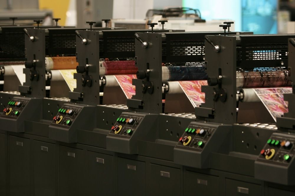 Druk materiałów reklamowych – jaką drukarnię wybrać?