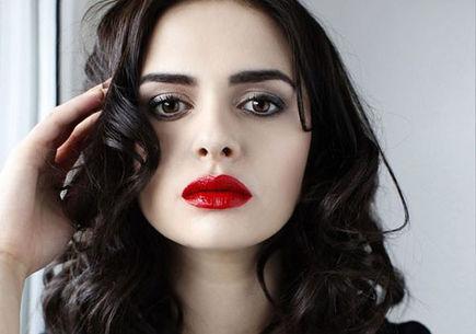 Akcent na usta w makijażu twarzy