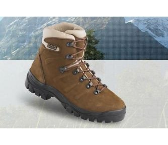 Sklep turystyczny z butami trekkingowymi