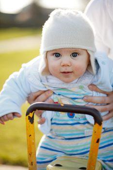Jak ubrać niemowlę na wiosenny spacer?