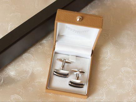 Spinki do mankietów srebrne, jak je nosić