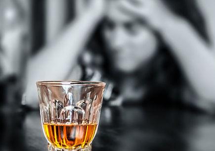Alkoholikiem pozostaje się przez całe życie - jak leczyć alkoholizm?