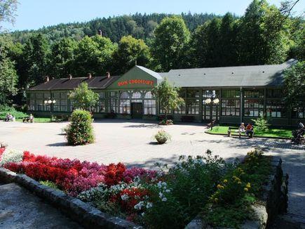 Długopole Zdrój - ciekawa, uzdrowiskowa miejscowość na trasie Głównego Szlaku Sudeckiego
