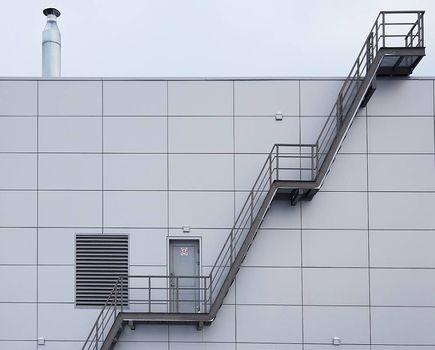 Jakie są walory schodów metalowych?