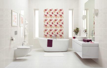 Łazienka w kwiatach – ozdobne płytki łazienkowe i kwiaty w doniczkach