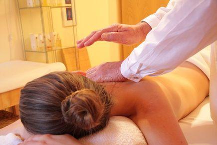 Jak wygląda rehabilitacja poprzez masaż kręgosłupa?