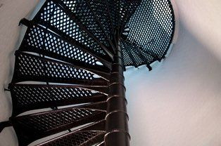 Jakie schody zamontować w małym pomieszczeniu?