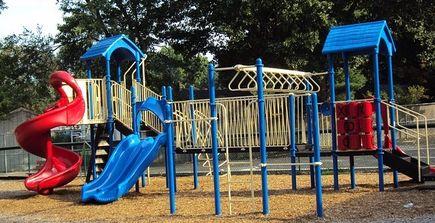 Pomysł na plac zabaw dla dzieci w ogrodzie.