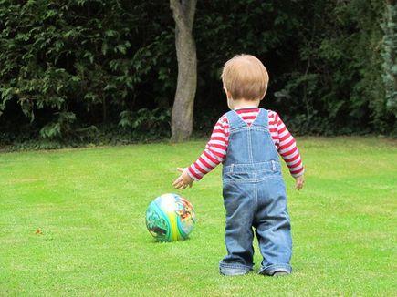 Lato z dzieckiem w ogrodzie