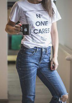 Kolczyki mogą całkowicie odmienić prostą stylizację t-shirtu i jeansów