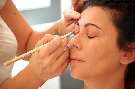 Jak wykonać makijaż w stylu no make – up?
