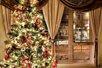 Rolety rzymskie w świątecznej aranżacji okna