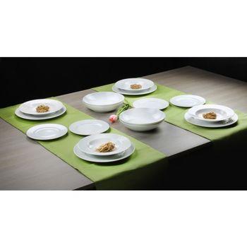 Wykwintny obiad na pięknej porcelanie