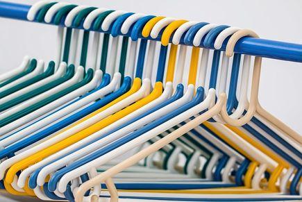 Jak najlepiej przechowywać ubrania w domu?