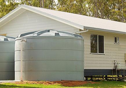 Zbiorniki na wodę deszczową sposobem na suszę w ogrodzie