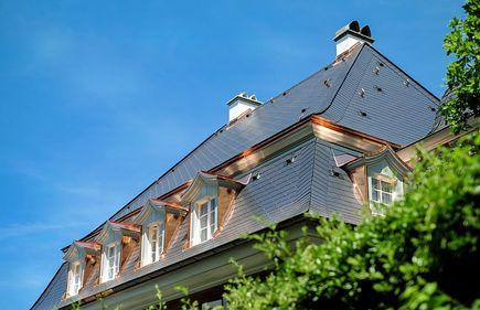 Budujesz dach? Sprawdź, jaki materiał budowlany najlepiej zastosować