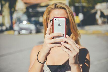 W jakie akcesoria do smartfona wyposażyć się przed wakacjami?