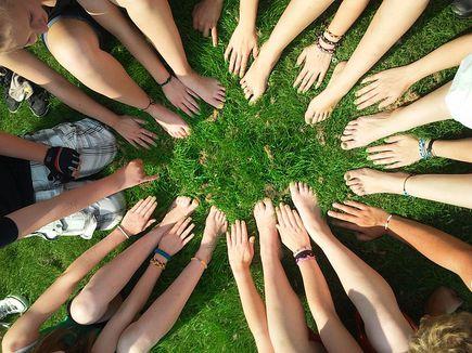Jak wspierać budowanie pozytywnych relacji w zespole?