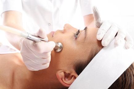 Mikrodermabrazja – dla kogo mechaniczny peeling skóry?
