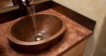 Masywne lustro, żyrandol i wanna. Co jeszcze zrujnuje wnętrze małej łazienki?