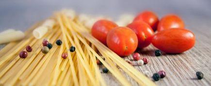 Jesteś pilnym studentem, ale brakuje Ci umiejętności kulinarnych? Poznaj pomysły na 5 szybkich i pożywnych dań