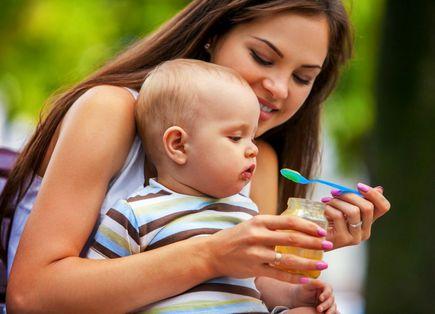 Żywienie niemowlaka w pierwszym roku życia? Tych pokarmów należy unikać!