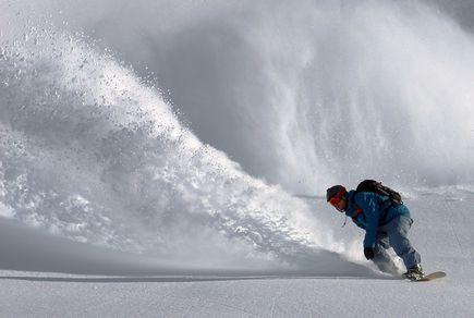 Dlaczego warto wypożyczać sprzęt na narty i snowboard?