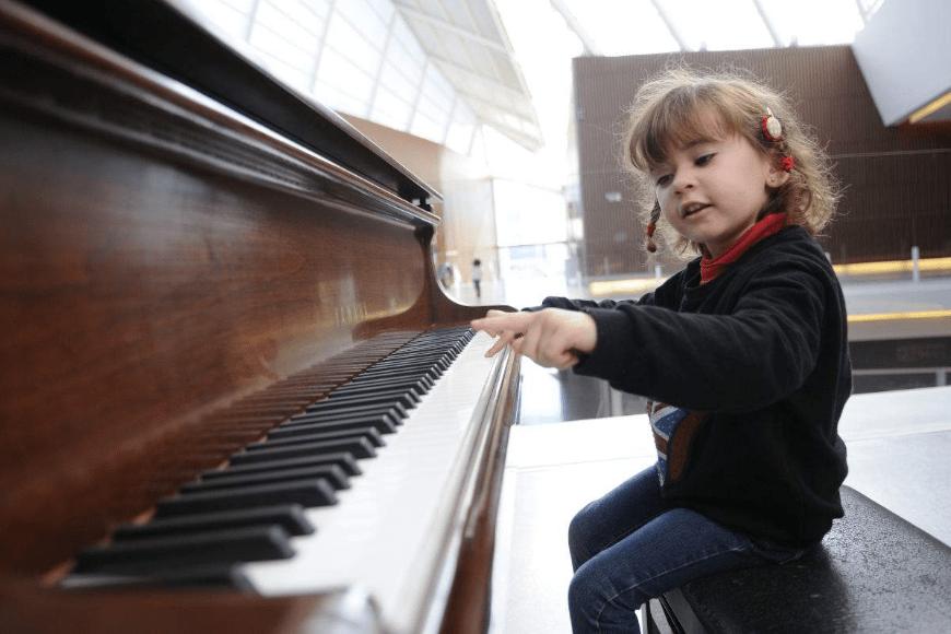 Czy warto zapisać dziecko na lekcje i naukę gry na pianinie?